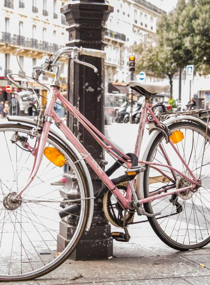 Discover Paris by bike via our partnership with Holland Bikes